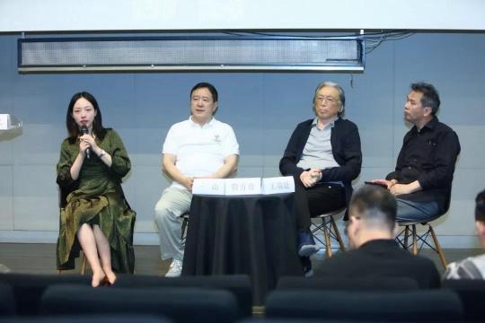 从左至右:执行策展人游艺、策展人一山、中国艺术批评家年会名誉主席贾方舟、中国艺术研究院研究员王端廷