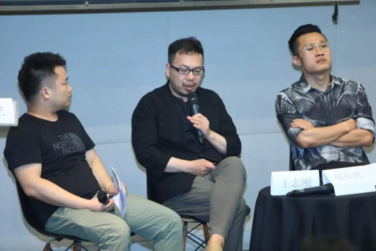 从左至右:首届数字绘画实验艺术征集展执行策展人王志刚、著名艺术批评家、策展人夏可君、著名艺术批评家、策展人段君