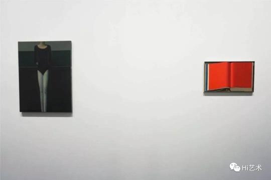 在2019香港巴塞尔卓纳画廊展位上亮相并以35万美元售出的刘野画作《书6号》(右)