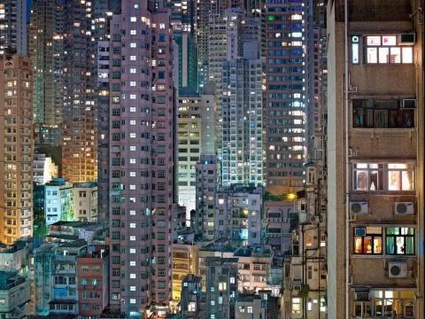 """香港因拥有大量的摩天大厦及其高度城市化的地域性特点而有""""石屎森林""""的另类称号。图为摄影师迈克尔·沃尔夫(Michael Wolff)拍摄的《夜#19》 2005"""