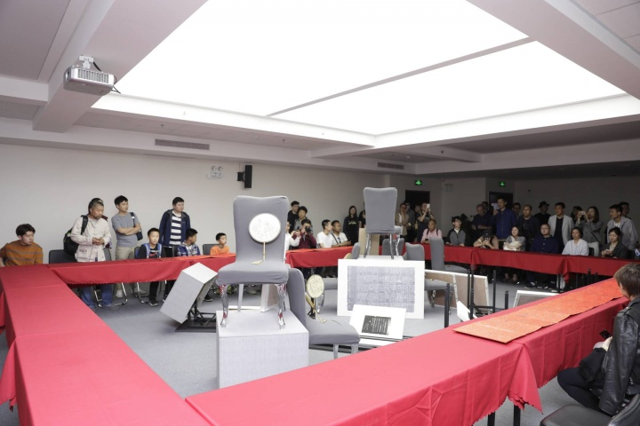 鲁大东根据现场环境在展厅二层用凳子搭出一个中国园林的假山造型
