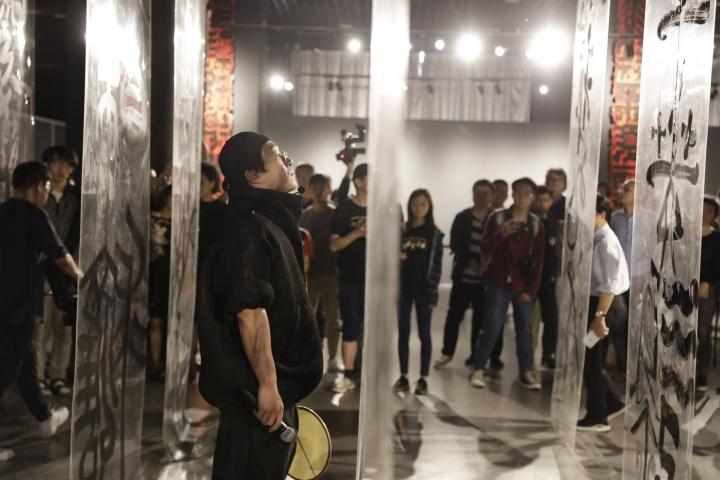 开幕当天,鲁大东在展览现场进行了一场即兴表演