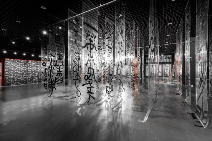 """展览现场,20余幅书写在透明聚酯膜上的""""无相森林"""""""