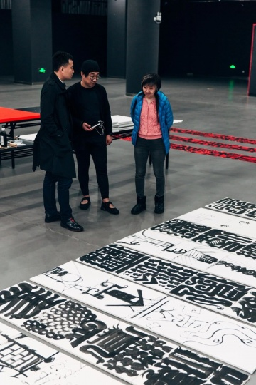 策展人李亚风、艺术家鲁大东和阅目堂负责人黄少梅在布展现场
