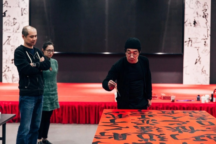 4月下旬至展览开幕前,鲁大东在展厅进行现场创作
