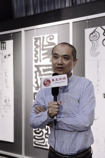 黄辉在展览现场接受媒体采访