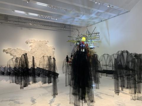 克劳迪娅·卡萨里诺 《制服》 黑色薄纱 尺寸可变 2008   Jae Ko 《Flow》再生纸尺寸可变 2018(后墙白色作品)