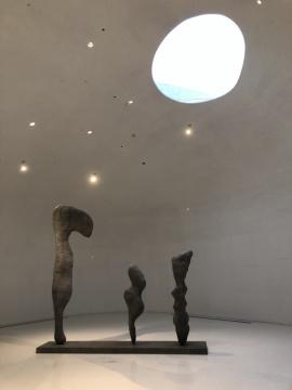 王思顺的铝制的《启示16 9 1》为捡拾来的石头赋予拟人化的视角