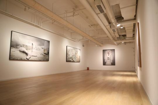 马特奥.巴西雷作品现场 左起 《圣石》 120×235cm 艺术微喷 2016《超越时光》120×235cm 艺术微喷 《卡拉拉3》120×161cm 艺术微喷 2016