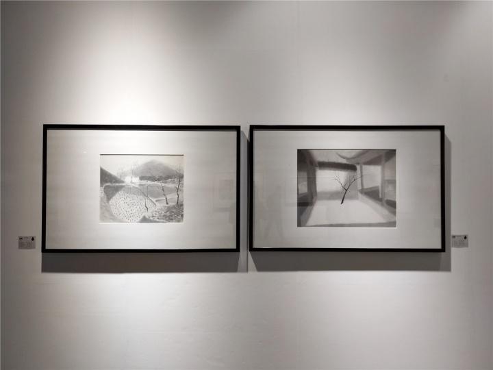 杭州金彩画廊展位上数件沈勤作品