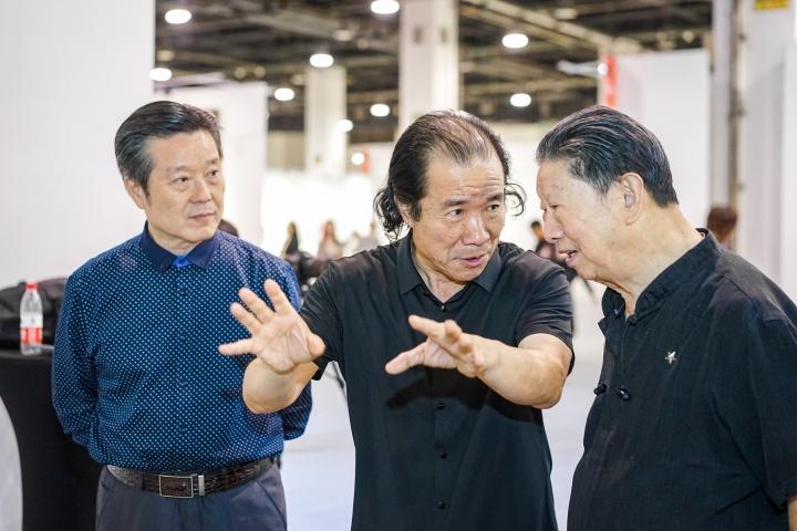 本届博览会总策展人汪骥(中)与原中国美术学院院长肖峰(右)在博览会现场