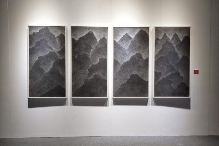 """""""水墨即意义""""展览现场,汤南南《遗忘之海331》142×70cm 纸本水墨 2016"""