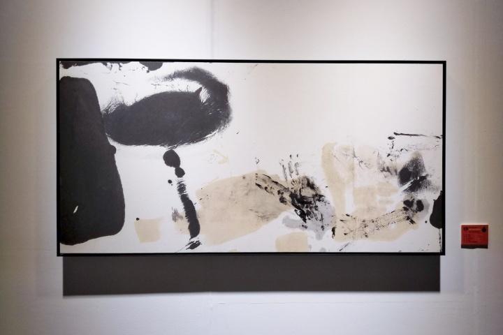 """""""水墨即意义""""展览现场,朱岚《无题》68×138cm 纸本水墨 2016"""