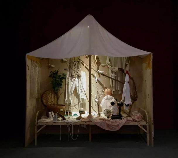 时永骏《睡前故事 A-1-有小森林的睡前故事》(装置版) 235×220×80cm 2018
