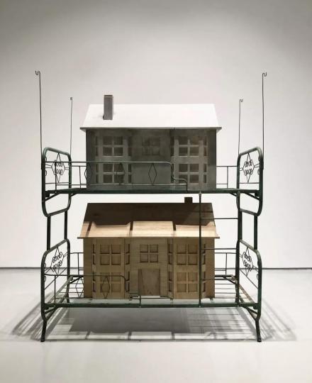 时永骏《睡前故事D-旧房子与新房子》铁床上下铺 192×90×232cm 木屋 120×90×55cm FRP屋 120×90×55cm 2019