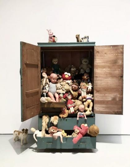 时永骏《蓝色衣柜里的玩偶》2017,蜂巢展览现场