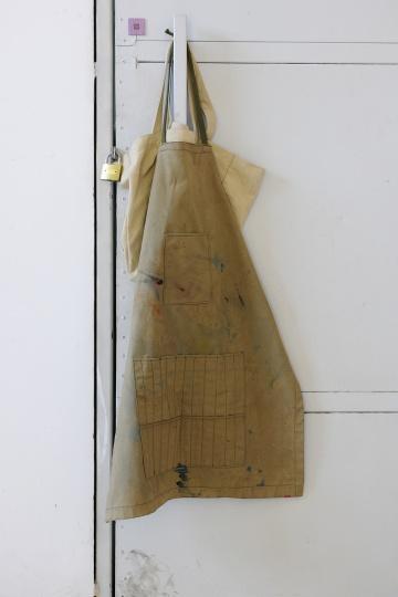 墙上的围裙并不脏,2016年摄于谭平工作室,摄影:董林