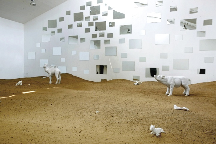 """""""去往何处"""",大理石雕塑、沙子、风机、镜面、摄像头等,尺寸可变,2019"""