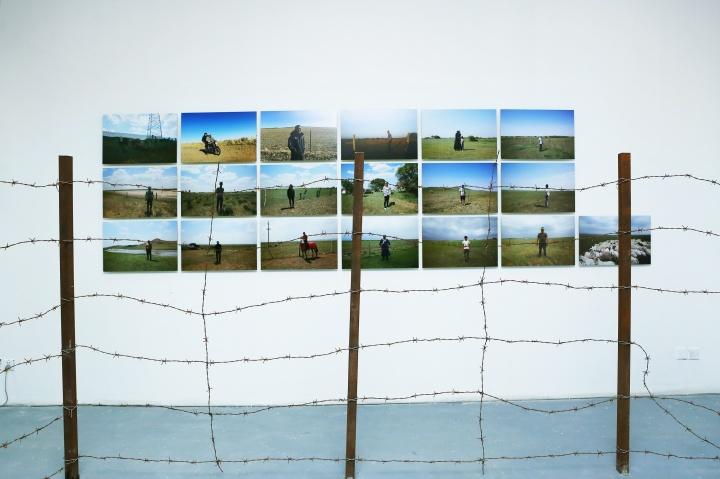 """""""围栏计划"""" ,视频、照片、喷绘墙纸、铁丝网等,尺寸可变,2019"""