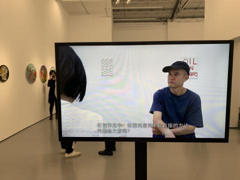 """肯·加贺美视频作品,一位画廊工作人员不断向他提问,但每个问题都会得到相同的答案:""""I don't know(我不知道)。"""""""