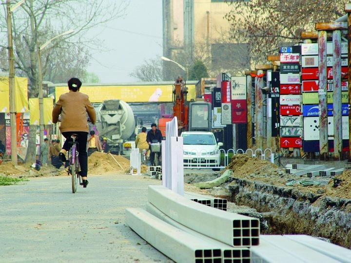 北京奥运会前夕,正大兴土木的798艺术区,右侧是密集的画廊广告牌