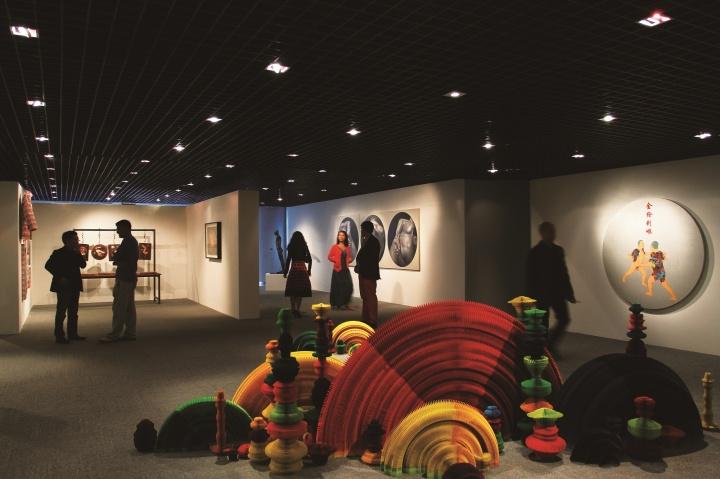 """2012年9月16日,少励画廊20周年群展的北京预展""""纬度·态度""""在北京芳草地艺术空间展出"""