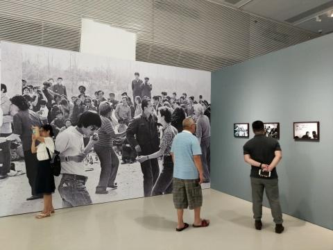 """李晓斌摄影作品,广东时代美术馆""""比赛继续,舞台留下""""展览现场"""