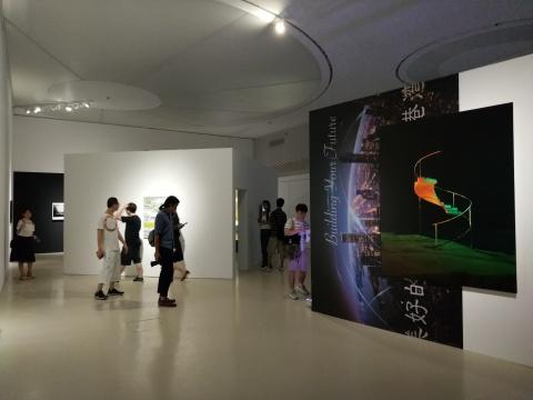 """陈维《""""S""""》《一支关于未来的广告》广东时代美术馆展览现场"""