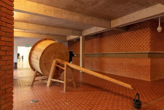 沈远《井》550×230×250cm木、水 2010 红砖美术馆收藏 ©沈远