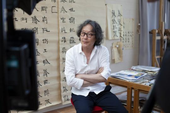 艺术家徐冰在创作现场