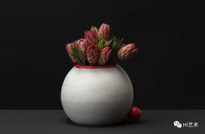 Tobias Rehberger《进行中的花瓶肖像系列 胡庆雁》34×44×40cm 陶瓷、涂料、帝王花 2019