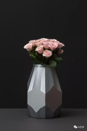 Tobias Rehberger《进行中的花瓶肖像系列 王兴伟》44.3×33.3×33.3cm 3D铣削铝、粉月季 2019