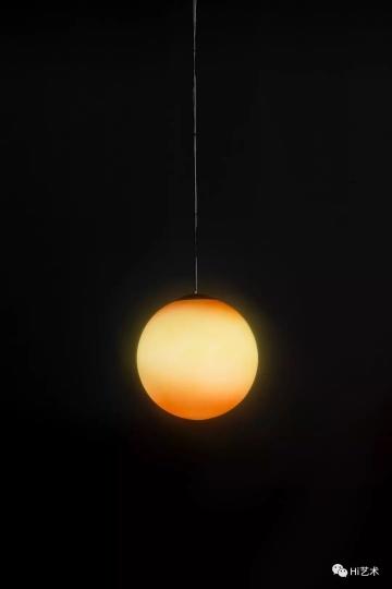 Tobias Rehberger《Seagrass Bay,Laucala Island,Fuji》Ø35cm 乳白玻璃、清漆、灯泡、电缆、控制系统、100年日出日落控制程序 2019,艺术家及麦勒画廊 北京-卢森