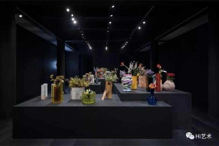 """Tobias Rehberger""""肖像花瓶""""系列,1995-2016年,""""托比亚斯·雷贝格:如果你的眼睛不用来看,就会用来哭""""展览现场,上海外滩美术馆。图片由上海外滩美术馆提供"""