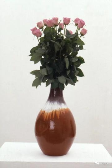 """Tobias Rehberger《沃尔夫冈·提尔曼斯》50×ø29cm 粘土、釉、十朵粉红玫瑰 1995, 展于外滩美术馆""""如果你的眼睛不用来看,就会用来哭"""""""