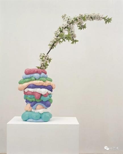 "Tobias Rehberger《米歇尔·马耶鲁斯》58×ø39cm 泡沫塑料、玻璃纤维、釉、橡胶、樱花枝 1995, 展于外滩美术馆""如果你的眼睛不用来看,就会用来哭"""