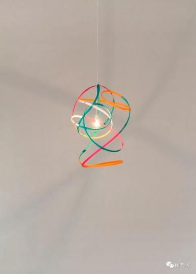 Tobias Rehberger《Infection 6A5》90×70×75cm 魔术贴、电线、电缆、灯头、灯泡 2019,艺术家及麦勒画廊 北京-卢森