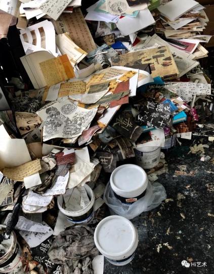 薛松的工作室堆满了拼贴焚烧的材料和胶水