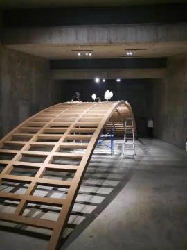 """郑路 """"奈何"""" 钢架,软木板,糖 14.3米4.1米3.5米 2019(制作现场)"""