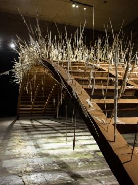 """郑路 """"奈何"""" 钢架,软木板,糖 14.3米4.1米3.5米 2019"""