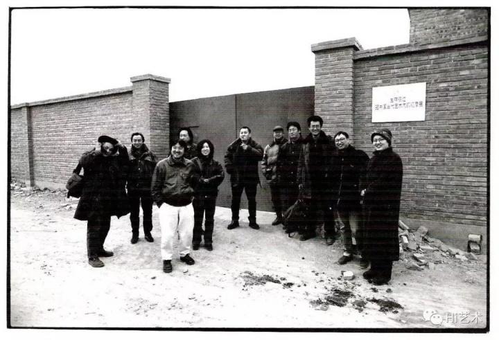 """冯博一于1998年策划的""""生存痕迹:98中国当代艺术内部观摩展""""艺术家合影。左起:蔡青、顾德新、宋冬、张德峰、尹秀珍、王功新、张永和、展望、邱志杰、冯博一、林天苗"""