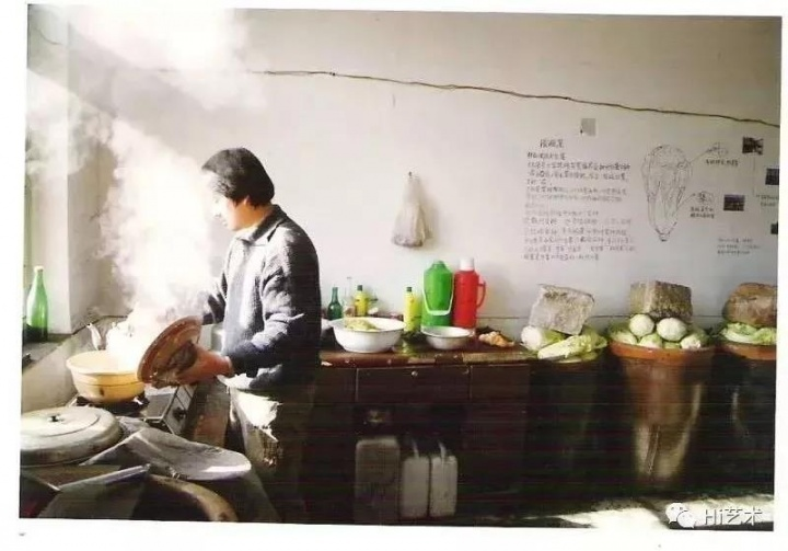 """""""生存痕迹:98中国当代艺术内部观摩展""""中艺术家宋冬的作品《12缸渍大白菜》"""