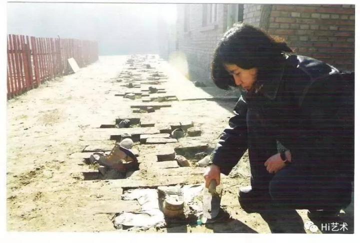 """""""生存痕迹:98中国当代艺术内部观摩展""""现场,艺术家尹秀珍用水泥把鞋镶在路上"""