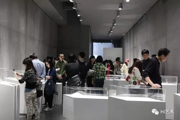 """刘钢于2014年策划的""""三人行-来自荷兰的三代首饰艺术家之间的对话""""当代首饰展现场"""