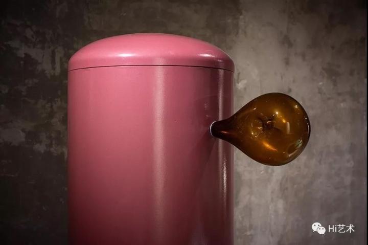 珠光上漆的表面随意生长出异形的茶色玻璃