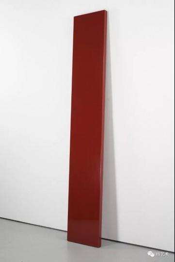 """2018年卓纳的""""极简主义群展""""上John McCracken的作品《Untitled》"""
