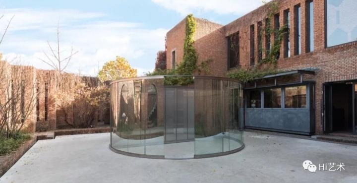 丹·格雷厄姆《冲孔钢板分隔的双向镜圆柱》红砖馆藏