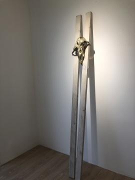 《躸 (ji ) 系列-3》 16×14×190cm 树脂、不锈钢木2016-2019