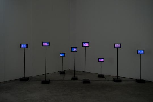 章清《新阅读对焦法》88×28×26cm 108×28×26cm128×28×26cm138×28×26cm152×28×26cm153×28×26cm158×28×26cm160×28×26cm多路视频多频录像装置, 不锈钢, 烤漆, 显示屏2007
