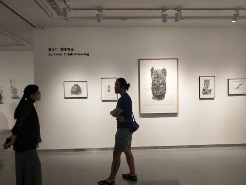 展览现场,鹿野骋(b.1987)所画的纸本佛像